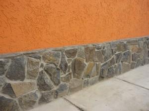 Отделка фундамента скальный камень