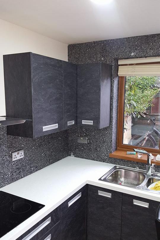 Кухня с черными жидкими обоями