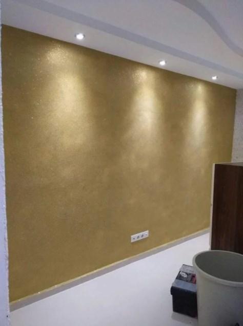 Стена с золотыми жидкими обоями