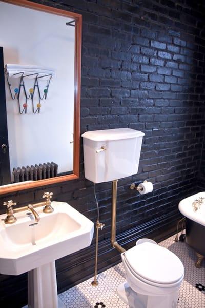 Чёрный кирпич в интерьере ванной