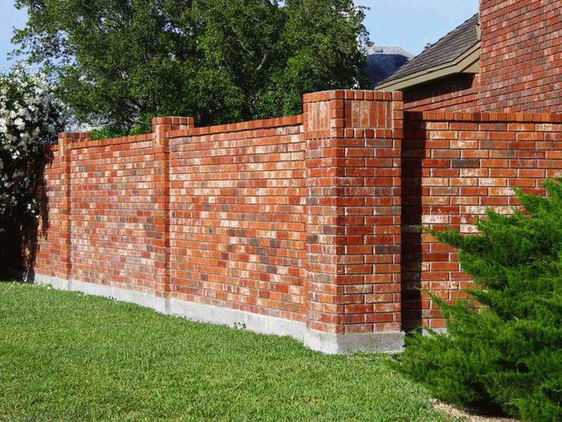 Забор из старого кирпича